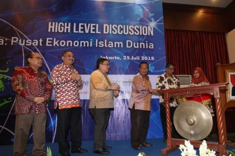 Ketua Komisioner Baznas Bambang Sudibyo, Menpar Arief Yahya, Menteri PPN Bambang Brodjonegoro, Menko Perekonomian Darmin Nasution meresmikan workshop high level discussion Indonesia Pusat Ekonomi Islam Dunia di Jakarta, Rabu (25/7/2018). Foto/Ist